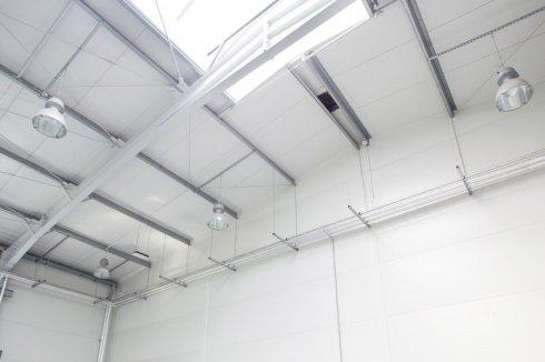 GMP Proces dach z wewnątrz z lampami