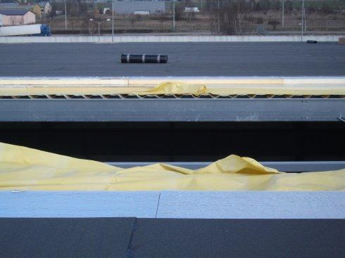 Na dachu hali pręty metalowe
