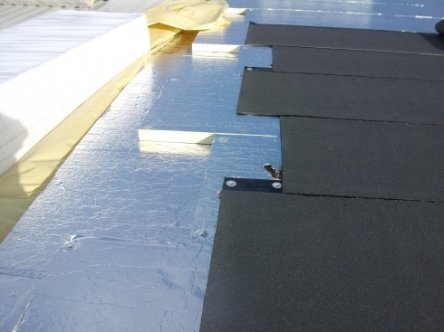 Na dachu hali folia aluminiowa