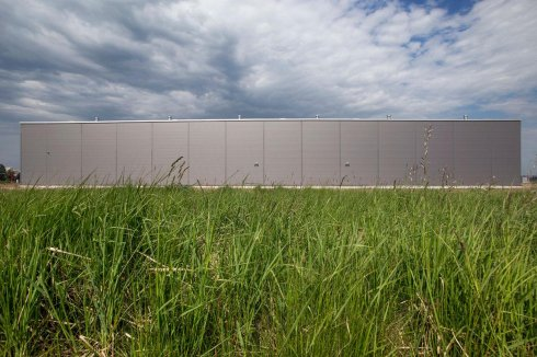 Hala produkcyjna Eco-Line na tle trawy