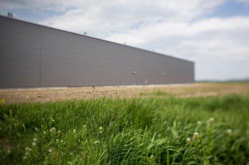 Hala produkcyjna Eco-Line na tle roślin